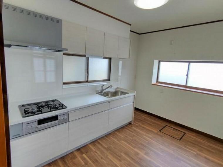 キッチン 【リフォーム済】6帖のダイニングキッチンです。キッチンはハウステック製の新品に交換しました。引出が7つの嬉しい多収納タイプ。天板は熱や傷にも強い人工大理石仕様なので、毎日のお手入れが簡単です。