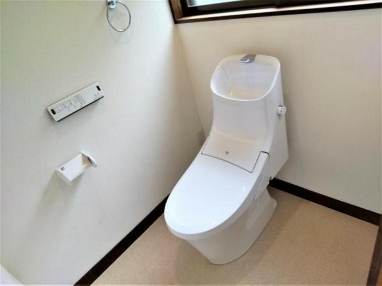 トイレ 【リフォーム済】トイレはLIXIL製の温水洗浄機能付きに新品交換しました。キズや汚れが付きにくい加工が施してあるのでお手入れが簡単です。直接肌に触れるトイレは新品が嬉しいですよね。