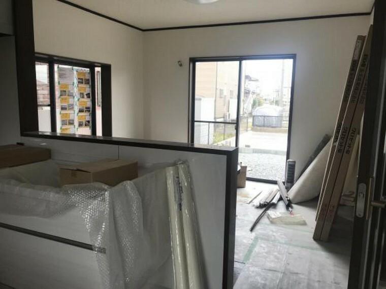 リビングダイニング (11月20日撮影:リフォーム中写真)LDKは床クリーニング、天井・壁クロス張替え致します。対面キッチンになってますのでお子様の様子を見ながら料理も出来ますね。