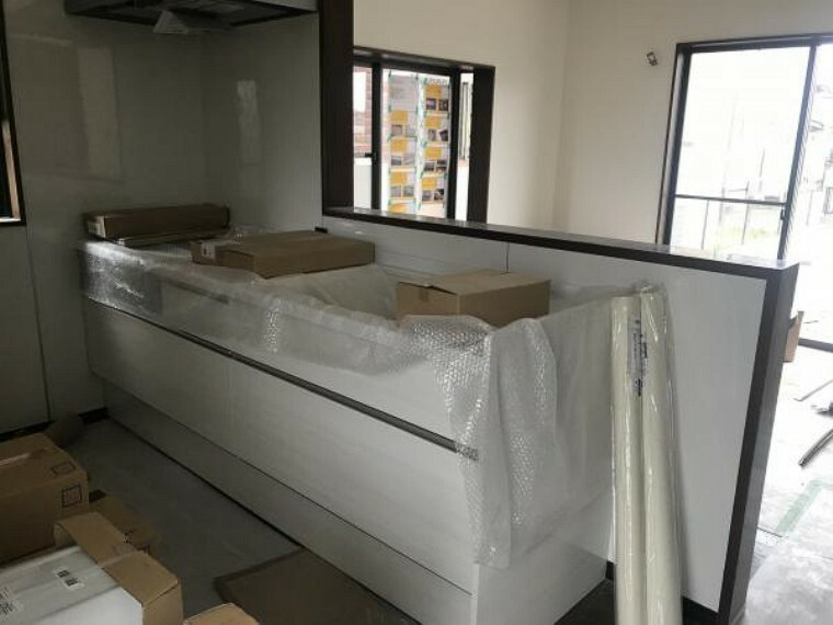 キッチン (11月20日撮影:リフォーム中写真)キッチンは白色の清潔感のあるキッチンに新品交換予定です。