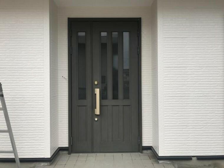 玄関 (11月20日撮影:リフォーム中写真)玄関ドア・タイルはクリーニング予定。玄関ドアは南西向きでガラス入りドアになっているので1日中明るい陽射しが差し込みます。