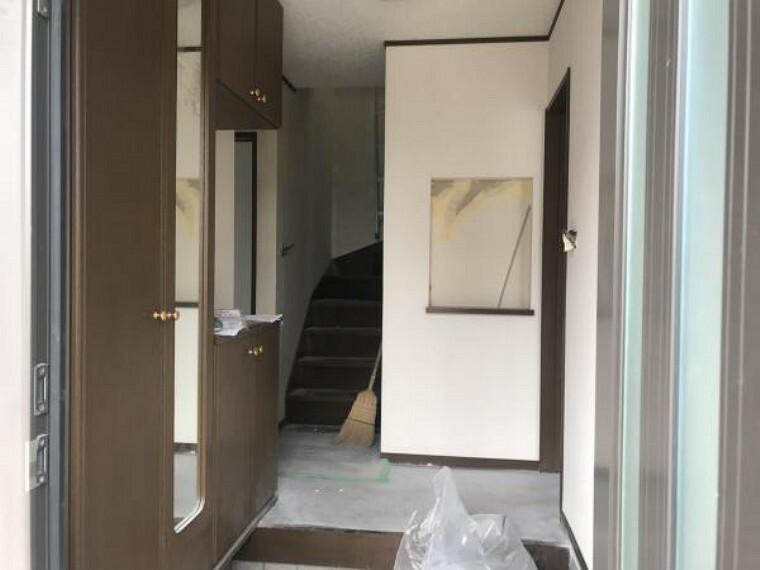 玄関 (11月20日撮影:リフォーム中写真)玄関周りは天井・壁クロス張替致します。玄関タイルクリーニング予定。玄関ドアは南西向きでガラス入りドアになっているので1日中明るい陽射しが差し込みます。