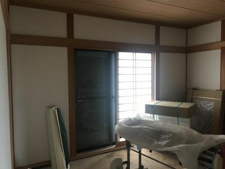 和室 (11月20日撮影:リフォーム中写真)1階6帖和室は畳表替え致します。表替えした畳の上でゴロンと寝転がるのも気持ちよさそうです。