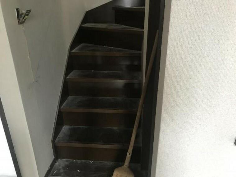 (11月20日撮影:リフォーム中写真)1階から2階にあがる階段はクリーニングで綺麗にしていきます。天井・壁クロス張替致します。