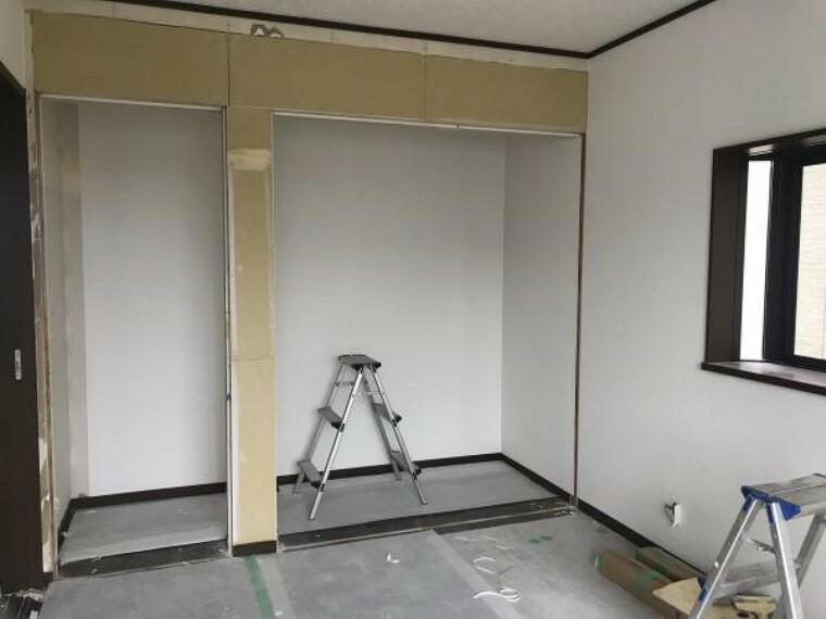 洋室 (11月20日撮影:リフォーム中写真)2階東側洋室は床クリーニング、天井・壁クロス張替致します。全居室南西向きなので日当たり良好です。