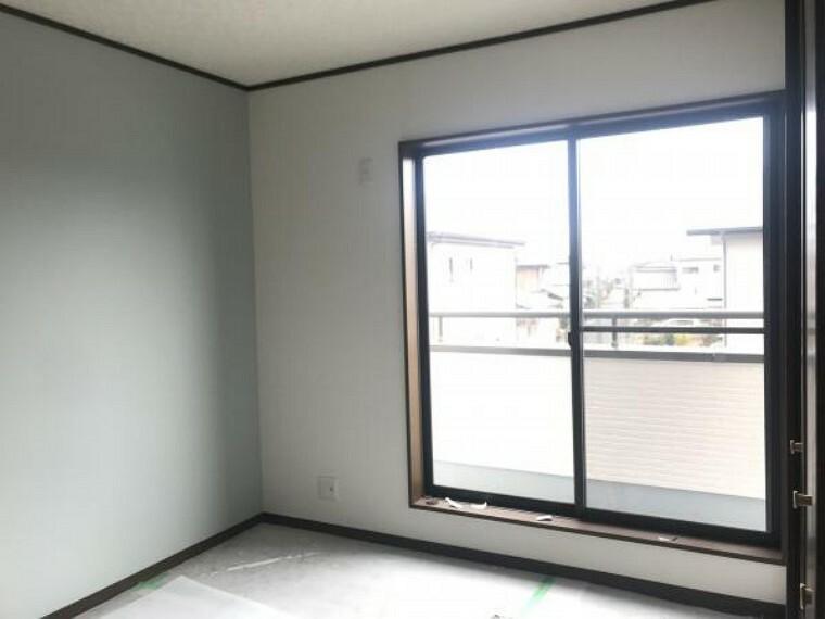 洋室 (11月20日撮影:リフォーム中写真)2階真ん中洋室は床クリーニング、天井・壁クロス張替致します。2階全居室からベランダに出られるので洗濯物を干す際も便利です。