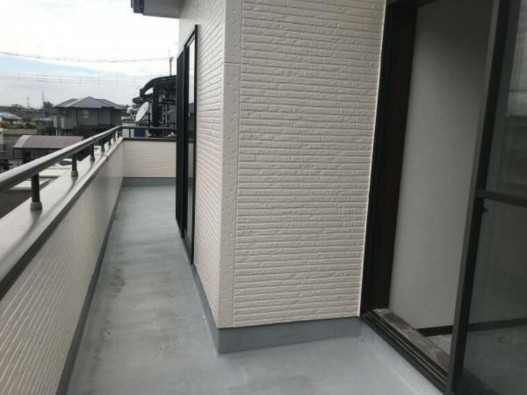 バルコニー (11月20日撮影:リフォーム中写真)2階ベランダは塗装でキレイに仕上げます。南西向きなので日当たり良く、洗濯物が良く乾きそうですね。