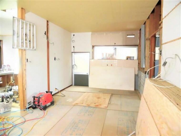 居間・リビング 【現在リフォーム中】リビング(10.5帖)です。キッチンスペースと繋げて約10.5帖のリビングに生まれ変わります。床はフローリングを張替え、天井・壁はクロスを張替えます。