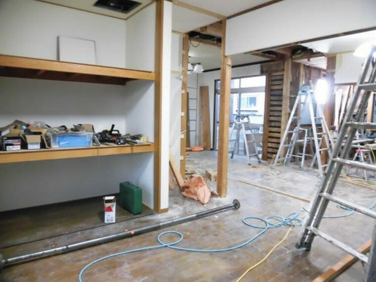 洋室 【現在リフォーム中】洋室(5帖)です。クローゼットがあるので収納が充実していますよ。床はフローリングを重ね張りし、天井・壁はクロスを張替えます。