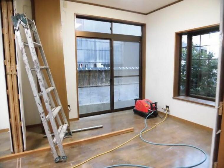 【現在リフォーム中】洋室(5帖)別アングルの写真です。掃き出し窓と出窓があるので風通しが良く、明るいお部屋です。