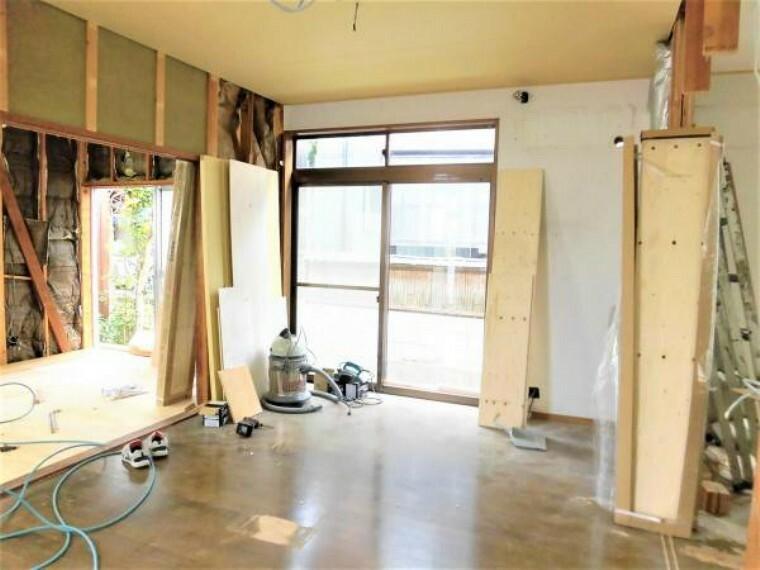 【現在リフォーム中】洋室(4.5帖)です。床はフローリングを重ね張りし、天井・壁はクロスを張替えます。コンパクトなお部屋に生まれ変わります。
