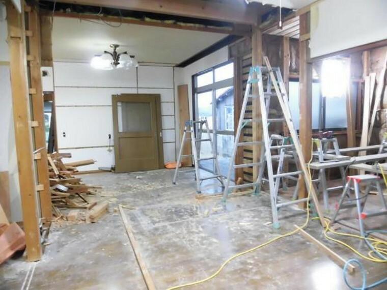 【現在リフォーム中】洋室(4.5帖)別アングルです。リビングとの間に壁を新設します。居室としても収納室や書斎として利用するのもいいですね。