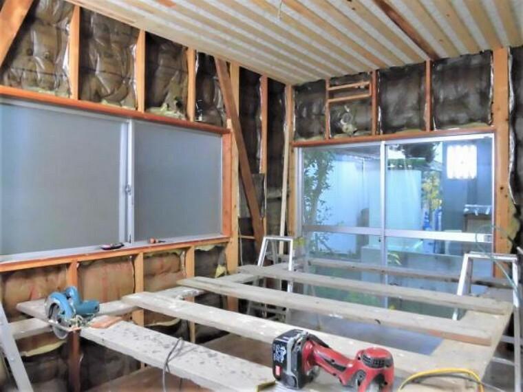 【現在リフォーム中】洋室(5帖)です。床はフローリングを重ね張りし、天井・壁はクロスを張替えます。