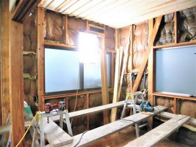 【現在リフォーム中】洋室(5帖)の別アングルです。窓が三面にあり、風通しが良く明るいお部屋になりますよ。