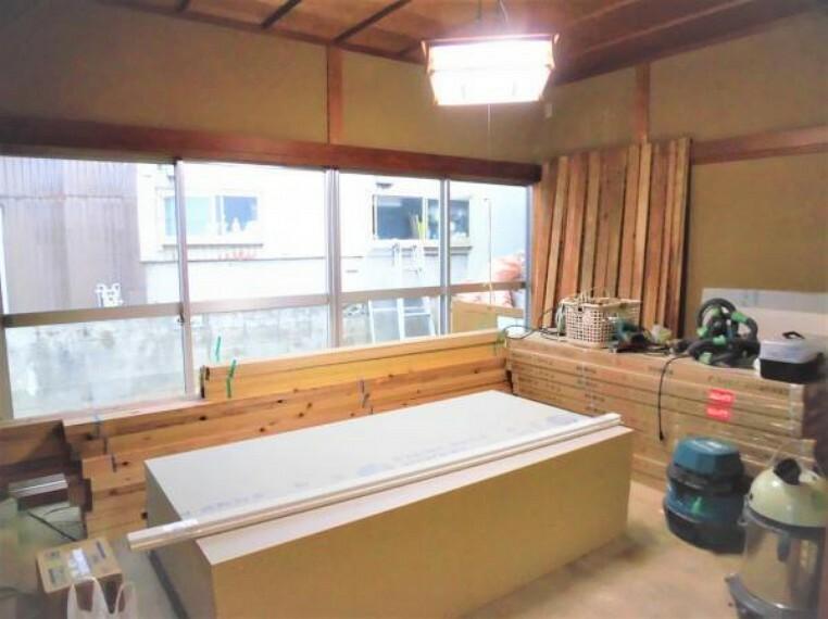 【現在リフォーム中】和室(6畳)です。畳は新調します。壁はクロスを張り替え、天井はクリーニングを行います。一面が窓になっているので自然光がしっかり入る明るく心地よいお部屋になりますよ。