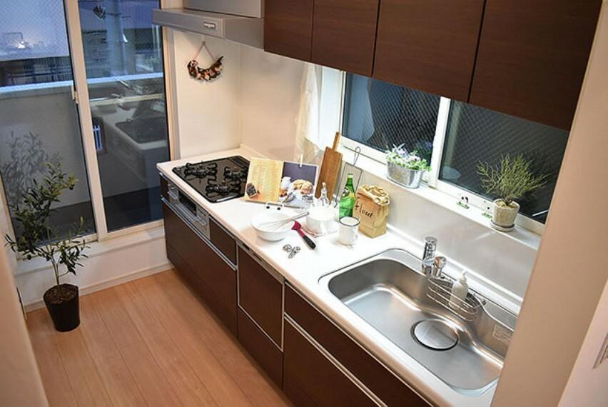 【施工例:キッチン】 食洗い乾燥機・浄水器付き、タカラスタンダードのシステムキッチン。ホーローパネルなのでお手入れ楽々。