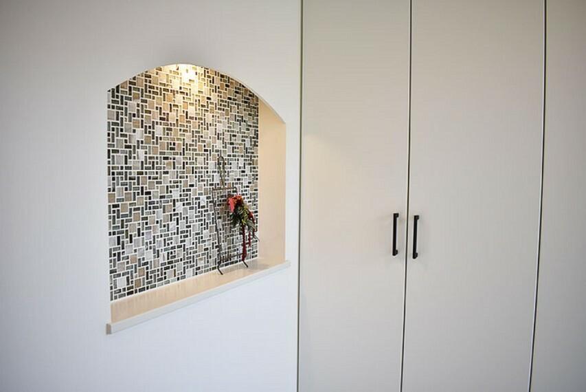 【施工例:ホール】 『飾り棚』(壁を凹状にくりぬいて作られる棚のことです)を設けております。