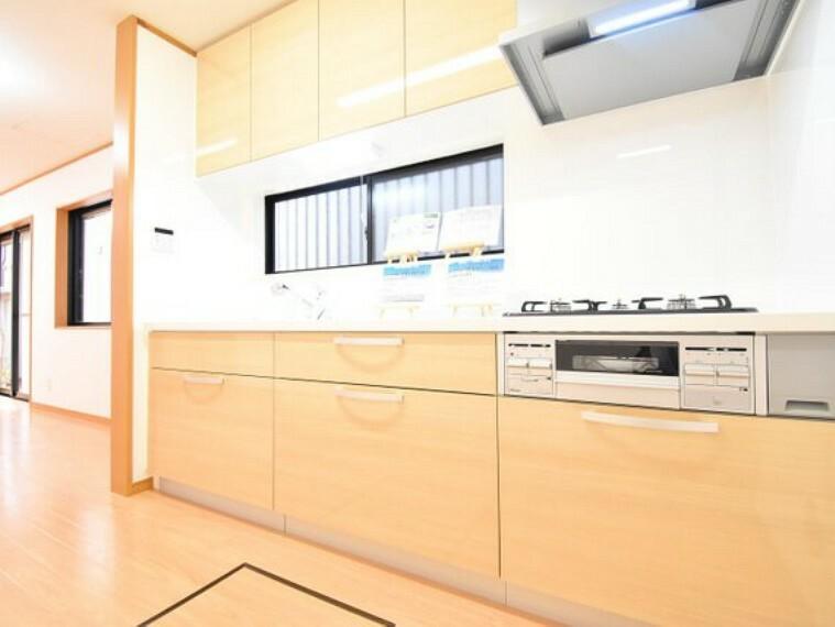 ダイニングキッチン 自然光が入る明るい独立タイプのキッチン。拘りすぎない可愛らしいタイプなので、奥様にもピッタリです。