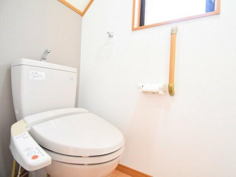 トイレ 水周りはシンプルにホワイトで統一。