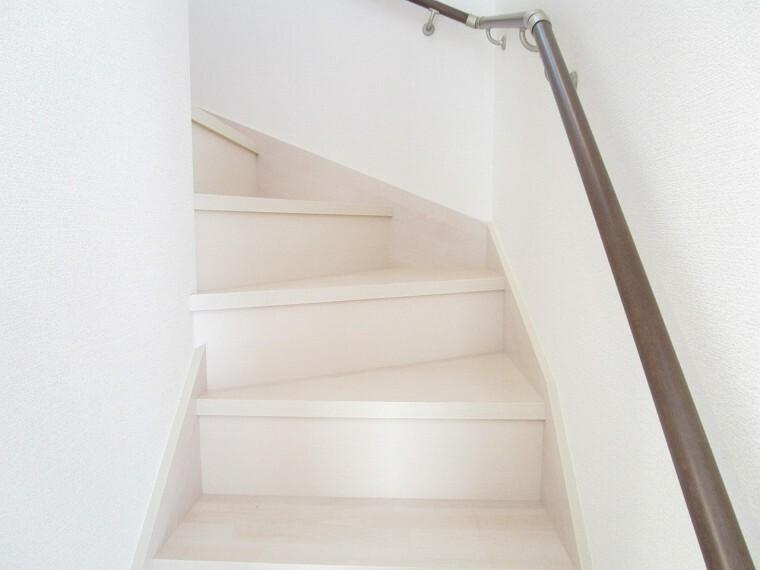 同仕様写真(内観) 階段 同仕様 手すり付きの階段  小さなお子様やご年配の方にも安心です