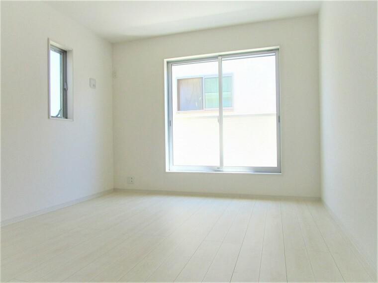 同仕様写真(内観) 洋室 同仕様 2面採光のお部屋は明るく風通しも良いです  収納スペースが充実しています