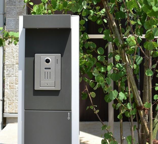 現況外観写真 宅配BOX付機能門柱   ポストと宅配ボックスを一体で考えた美しいデザイン門柱。 外出時でも荷物を受け取れます。(※当社施工例)