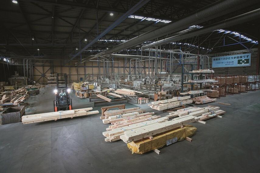 構造・工法・仕様 日本最大の生産能力を持つプレカット工場  ポラスの住宅の品質を支えているのが、生産量と高品質・高精度において のプレカット工場。最新鋭の設備を有し、日本最大規模の生産量と高品質・高精度を誇っています。
