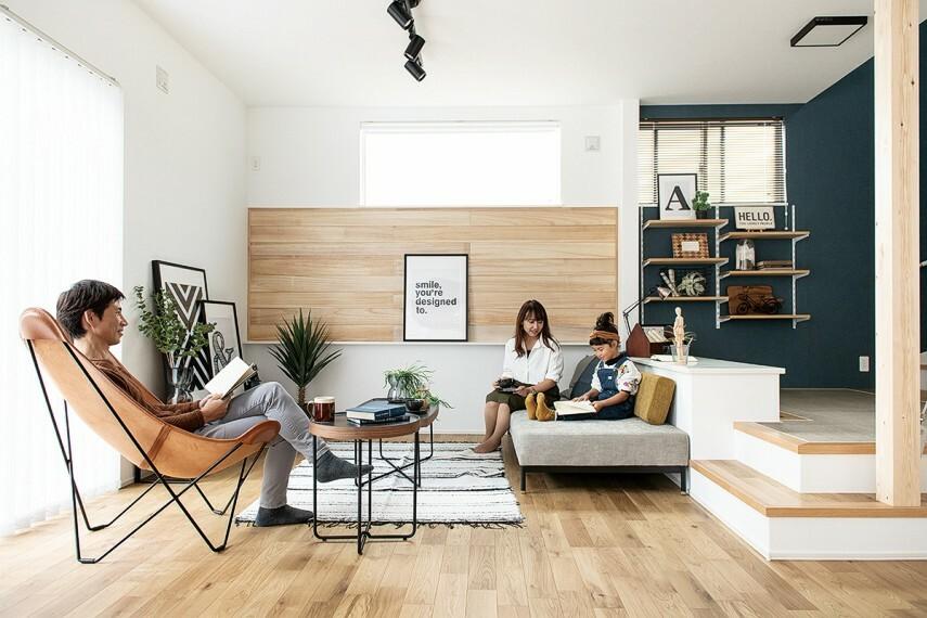 居間・リビング 【LDK+αプラン例:ステージリビング】  段差で仕切る半個室空間。ダイニングとキッチン、そしてリビングが一体的につながりそれぞれ違う場所で過ごしながら家族を身近に感じる仕様です。(※当社施工例)