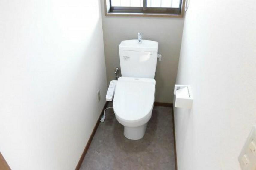 トイレ 【リフォーム済】トイレはTOTO製ウォシュレットトイレに交換済み。床はクッションフロア、壁はクロスを張り仕上げました。
