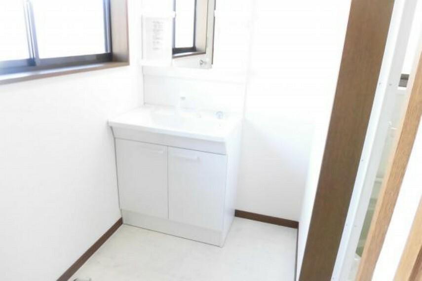 洗面化粧台 【リフォーム済】古い洗面化粧台は撤去しTOTO製の洗面化粧台を新設。床はお手入れしやすいクッションフロア、壁はクロス張りをおこないました。洗濯機置き場も確保しております。
