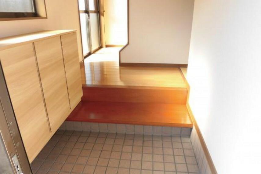 玄関 【リフォーム済】永大産業製の新品のシューズボックスを設置。中の棚が可動式で棚位置を自由に調整が可能で、用途に合わせて空間を可無駄なく活用でき、中敷が洗えていつも清潔に使えます。