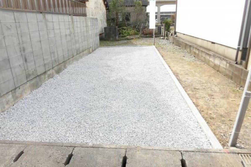 駐車場 【リフォーム済】建物の西側には2台分の駐車スペースを確保。地先ブロックで区画し砕石を敷きました