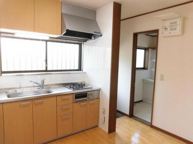 キッチン 【リフォーム済】キッチンはLIXIL製の新品に交換。天板はステンレス製なので、熱に強く傷つきにくいため毎日のお手入れが簡単です。