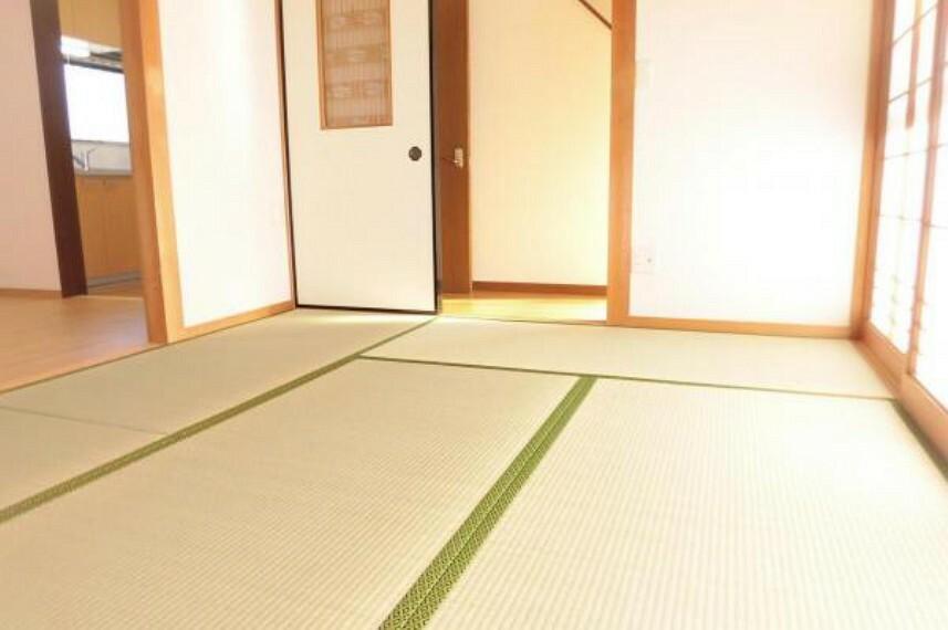 【リフォーム済】リビングから続く6帖和室です。畳の表替え、壁と天井のクロス張替を行いましたので安心して過ごしていただけます。