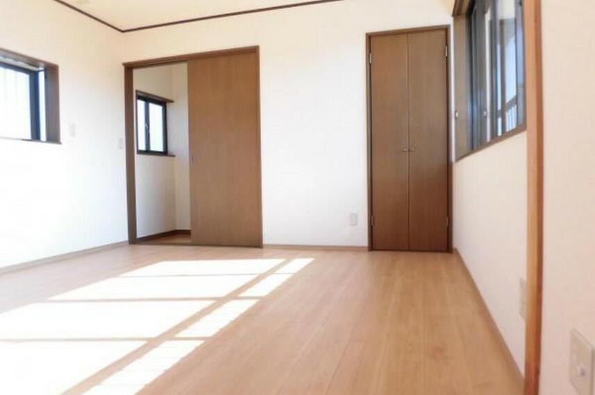 【リフォーム済】2階9帖の洋室です。フローリングとクロスを全面張り替えました。クローゼットが2ケ所あり、中にはパイプハンガーと枕棚が付いていますので使い勝手がいいですよ