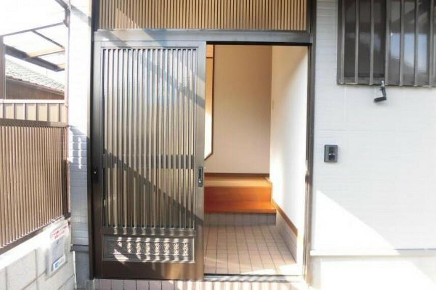 玄関 【リフォーム済】玄関にはドアホンを設置し、鍵は交換しましたので安心して新生活を始めて下さい。