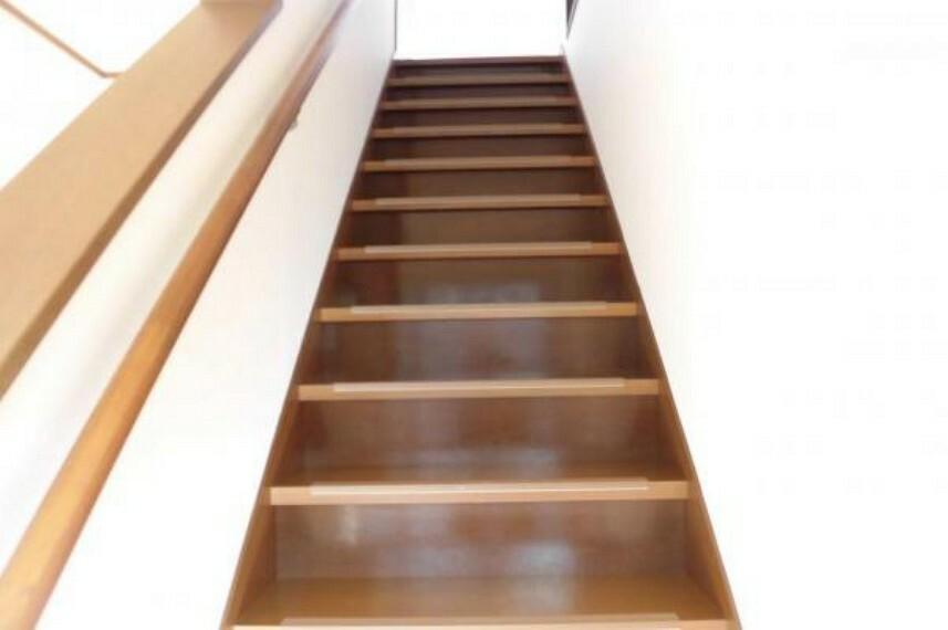 【リフォーム済】階に続く階段です。お子様やご高齢の方に配慮して、新品の手すりを新設。小さなお子さんや、お年を召した方でも安心して上り下り出来ます。