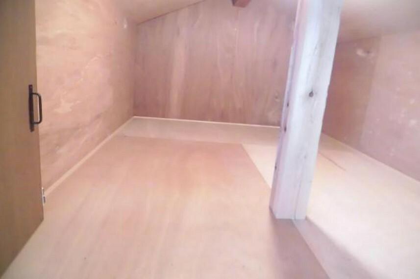 収納 【リフォーム済】階段室横の収納は全面クリーニング。2帖ほどあるので季節によって不要な物の収納に便利です。内部はクリーニングしています