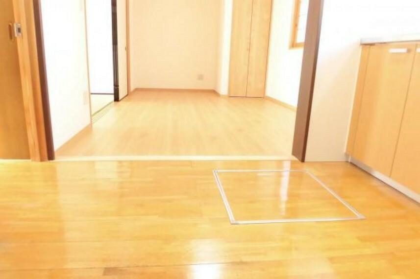 収納 【リフォーム済】キッチンに床下収納を設置しました。床下点検口を兼ねていて、もしものときはここから床下にもぐって配管の修繕ができるようになります。