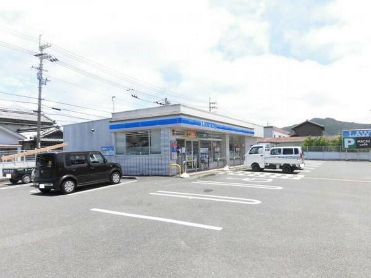 コンビニ ローソン夜須町坪井店まで180m(徒歩3分)24時間空いていいるコンビニが近いのでちょっとしたお買い物にも便利です。交通量の少ない北側市道からも出入りができます。