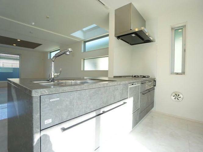 キッチン ご覧ください。建売の戸建では見かけることがほとんどないゴージャスなキッチンメーカー「モデスト」を取り入れています。アメリカの人気メーカーです。