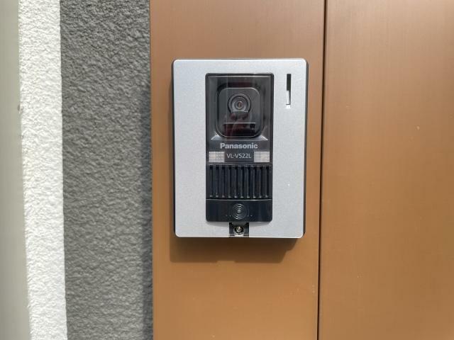 玄関 一目で分かるカラーTVモニター付きのインターフォンだから誰が来たか一目瞭然