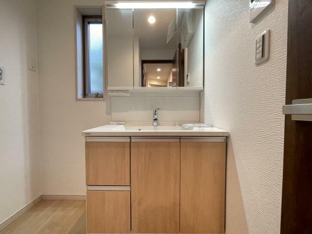 洗面化粧台 鏡の後ろに収納スペースを設ける事により、散らかりやすい洗面スペースをすっきりできます
