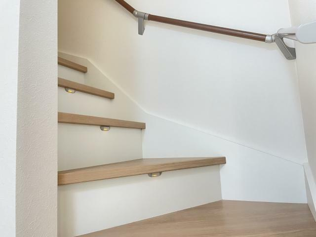 これから長く住むお家、ずっと住むお家だから手すり付きの階段が重宝します