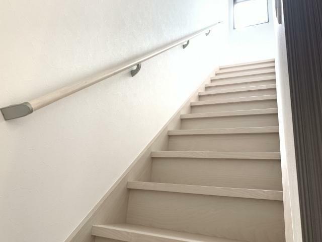 手摺付階段で家族と会話しながらお料理できます