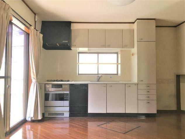 キッチン 収納豊富なシステムキッチン。