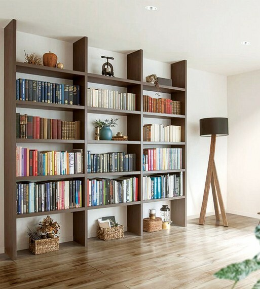 収納 【ブックシェルフ】  大容量の壁面収納。高耐荷重のブックシェルフで本や小物なども収納できるうえ、棚の高さも自由に変更できます。※号棟によりサイズや形状が異なります。※高さが変更できない棚もございます。