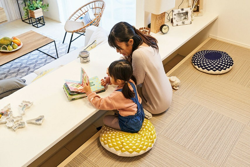 居間・リビング 【掘り机】  足元が掘り机になるカウンターを設置。座っていてもリビングにいる家族と同じ目線で会話が出来ます。家族と繋がりながらも作業に集中できる空間です。/1.5.7.8.11号棟