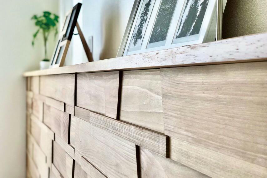 【ウッドパネル】  主寝室には、消臭や抗菌・リラックス効果のある無垢材のアクセントパネルを採用。素材のもつ機能性と味わい深い意匠が相まり、心地よくリラックスできる空間を演出します。/1号棟