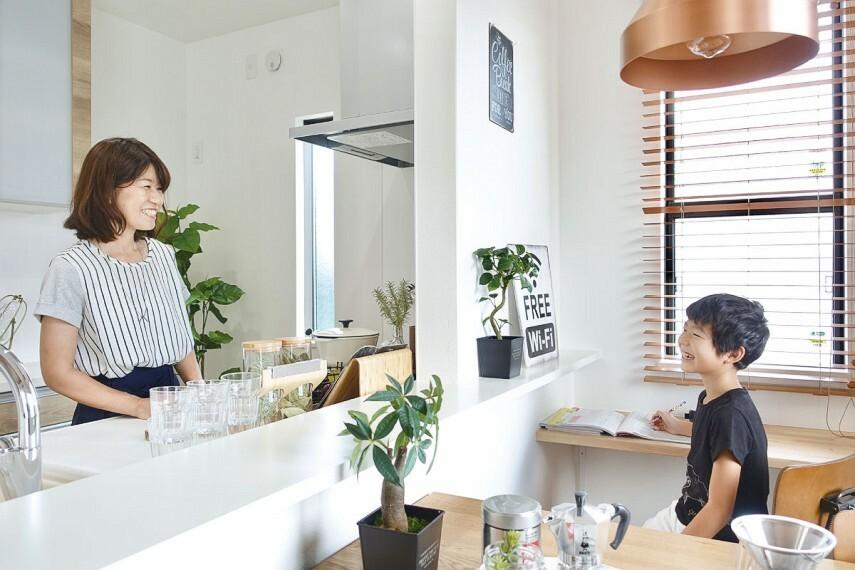 キッチン 【ハイオープンキッチン】  リビングとの一体感が生まれ、家族の会話が弾むハイオープンキッチン。上部のダウンライトが毎日のお料理作りを快適にサポートします。